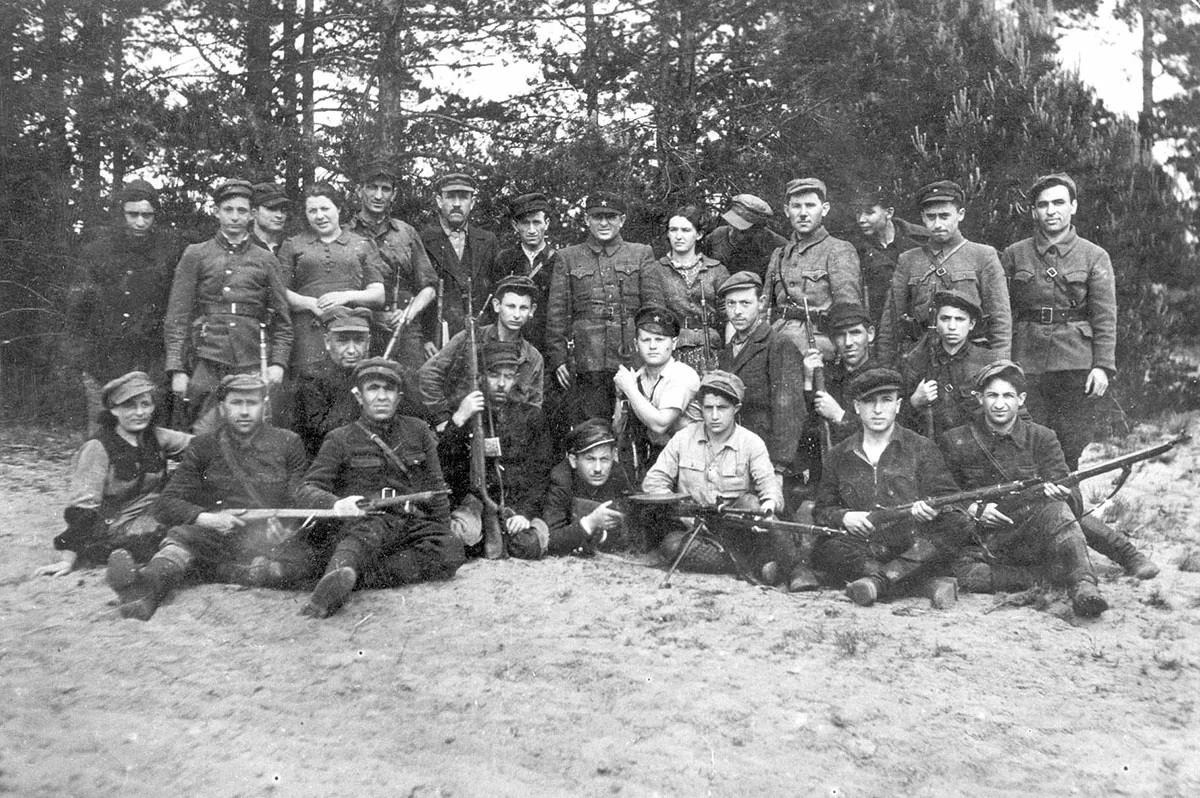 О ком скорбят Маски на 12 километре Московского тракта: за что в 1941 году депортировали на Урал литовцев