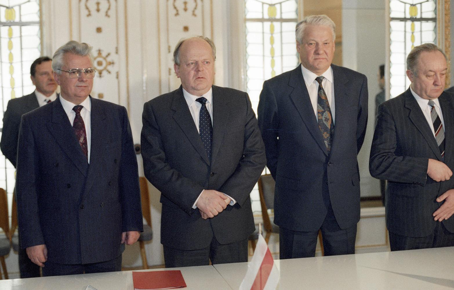 8 декабря 1991 года Ельцин, Кравчук и Шушкевич подписали Беловежский сговор