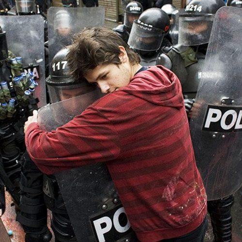 Протестующий обнимает офицера ОМОНа в Боготе, Колумбия копия
