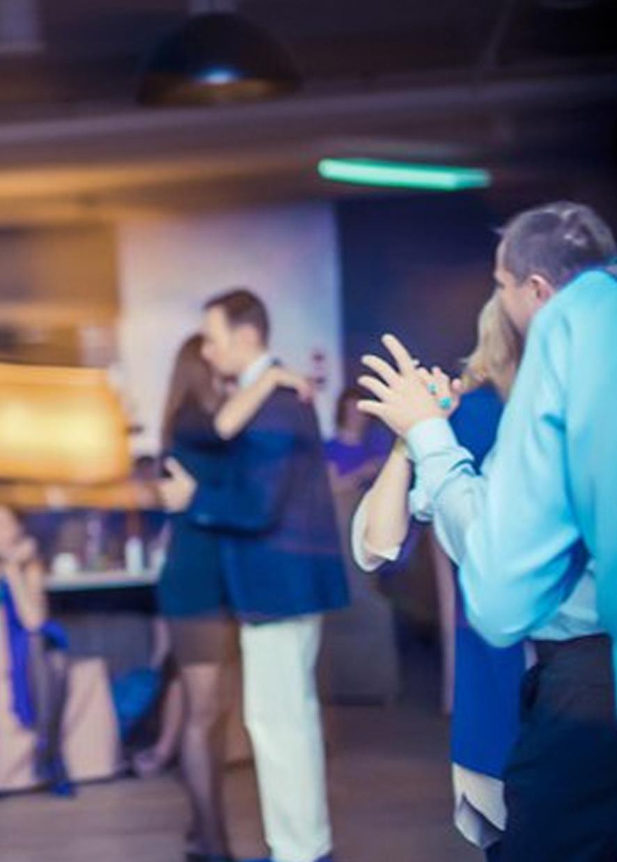 Консул по административным вопросам Эндрю Бёрди отжигает на танцполе
