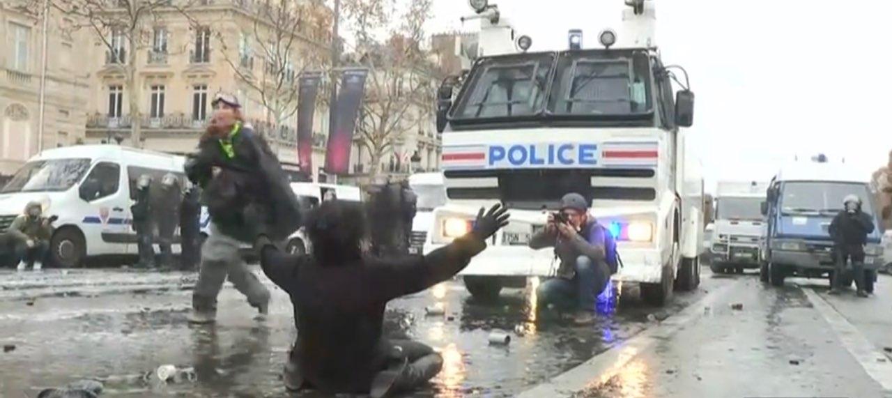 Копируемость технологий ненасильственного сопротивления: женщина перед полицией