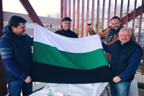 Леонид Волков, Ярослав Ширшиков, Фёдор Крашенинников, Константин Киселев с флагом т.н. Уральской Республики.