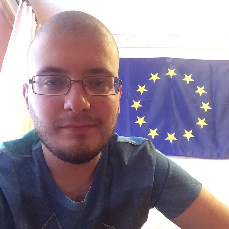 Максим Верников и флаг Евросоюза