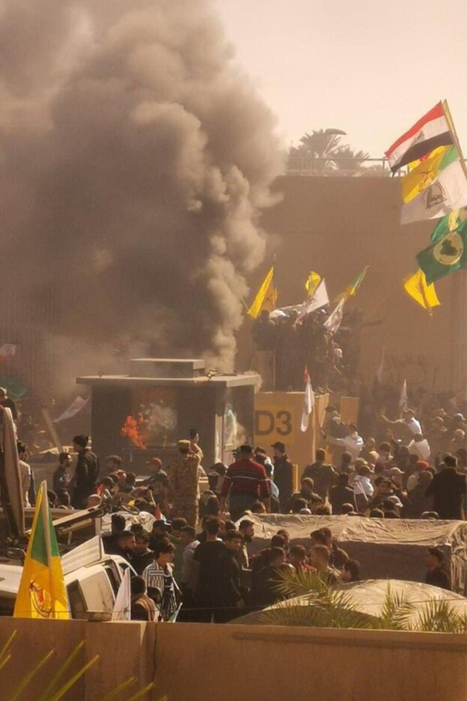 Осада протестующими американского посольства в Багдаде, 31 декабря 2019 года.
