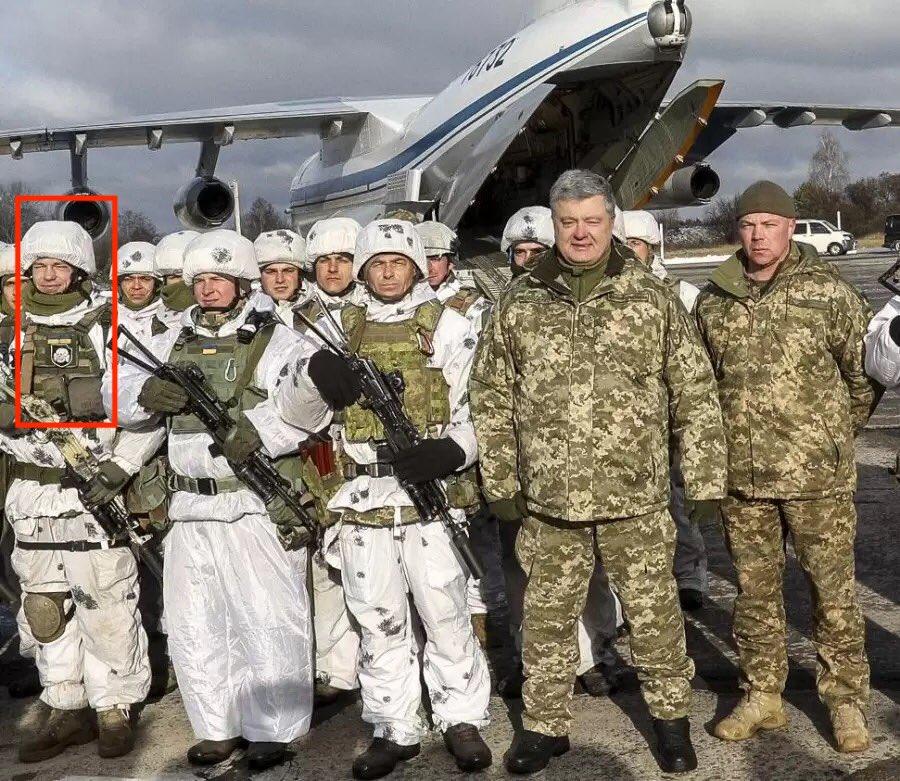 Пётр Порошенко сфотографировался с солдатом с нашивкой СС