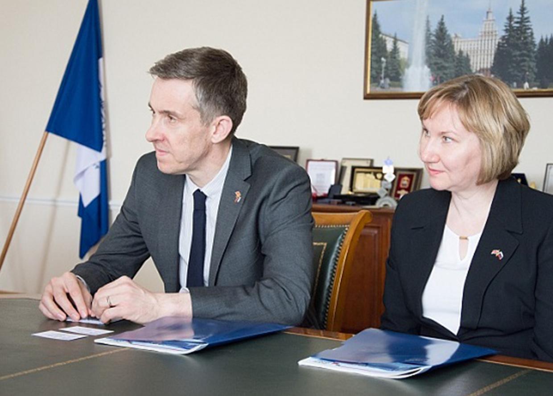 Генеральный консул Великобритании в Екатеринбурге Ричард Дьюэлл и Елена Чеснокова