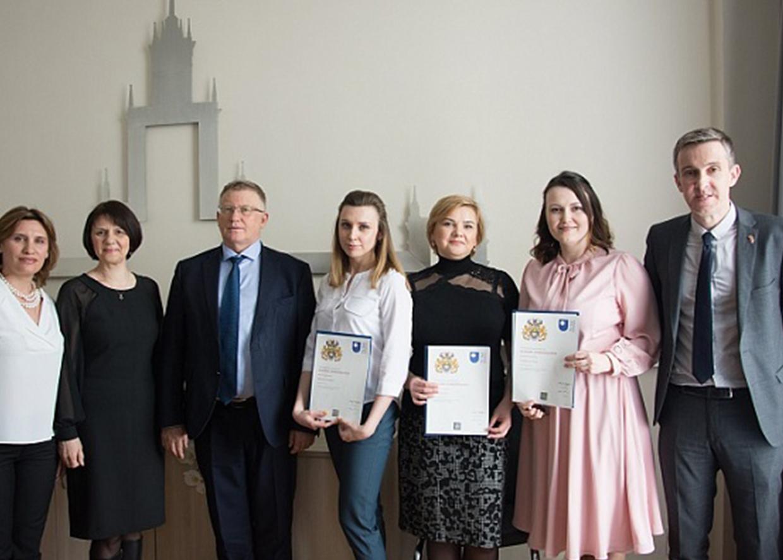 Генеральный консул Великобритании в Екатеринбурге Ричард Дьюэлл и выпускники Открытого университета