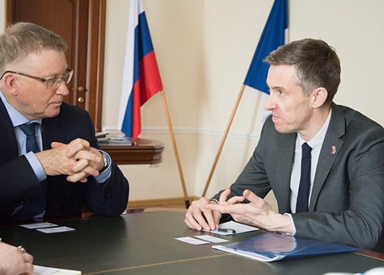 Генеральный консул Великобритании в Екатеринбурге Ричард Дьюэлл и ректор ЮУрГУ Александр Шестаков