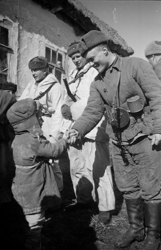 Советские бойцы с ребенком