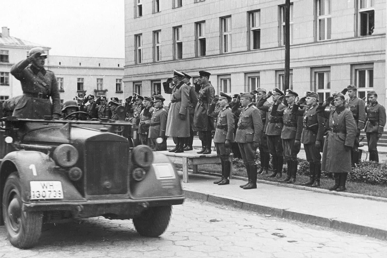 Немецкий генерал Хайнц Гудериан и советский комбриг Семён Кривошеин, Брест, 22 сентября 1939 года.