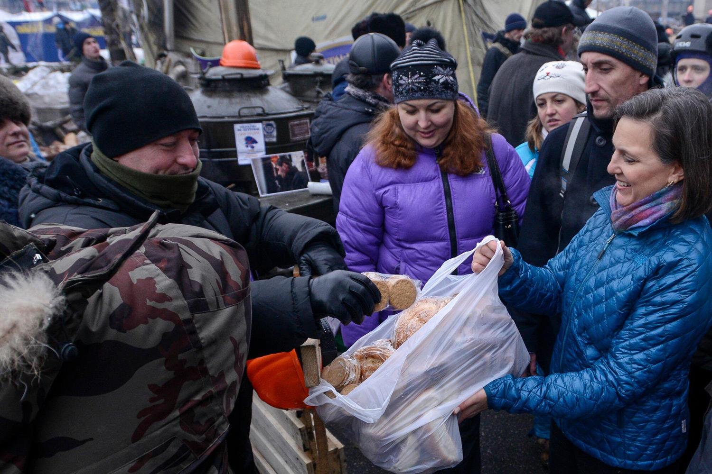 Виктория Нуланд на Майдане Незалежности в Киеве, 11 декабря 2013 года
